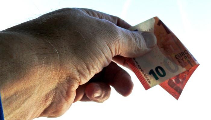 Soñar con dar dinero a un difunto